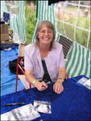 Judy signing @ Cropredy 2004 [click for larger]